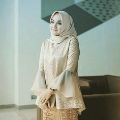 Inspirasi gaun terbaru dan lagi ngetrend.  Tag keluarga dan teman-temanmu. Follow @inspirasi.gaun.modern untuk mendapatkan update terbaru.  #gaun #gaunmewah #gaunmuslimah #semarang #gaunpengantin #gaunprewedding #hijab #hijabfashion #hijabers Kebaya Modern Hijab, Kebaya Hijab, Kebaya Muslim, Muslim Dress, Model Kebaya Modern Muslim, Model Kebaya Brokat Modern, Kebaya Lace, Kebaya Dress, Batik Kebaya