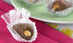 CAJUZINHO DE CHOCOLATE - b    1 kg de amendoim sem pele torrado, .3 claras,4 colheres (sopa) de açúcar, .4 colheres (sopa)  de chocolate em pó, .1 colher (sopa) de manteiga