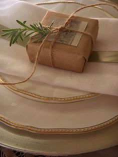 Brown paper packages tied up with string…one tiny package will be at each christmas place setting Natural Christmas, White Christmas, Christmas Time, Christmas Place, Decoration Christmas, Christmas Wrapping, Soap Packaging, Pretty Packaging, Christmas Table Settings