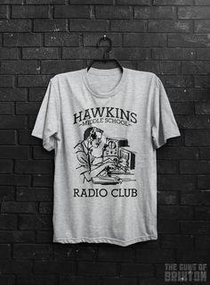 Hawkins Middle School Radio Club adultes T-Shirt.  Disponible en tailles hommes…