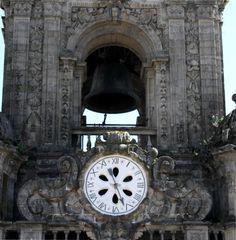 El reloj de la Torre del Reloj de la Catedral de Santiago. Originaria de principios del siglo XIV, la torre tiene más de 70 metros de altura. El reloj actual es de 1830.