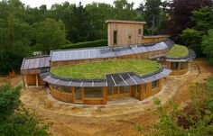 Proving that an earth-sheltered house can still look very modern. A beautiful example of energy efficient design Green Architecture, Sustainable Architecture, Sustainable Design, Residential Architecture, Contemporary Architecture, Earthship, Architecture Organique, Earth Sheltered Homes, Nachhaltiges Design