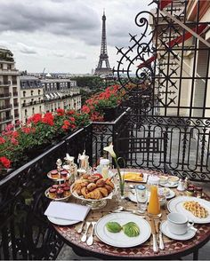 Goodmorning Kisses from Paris France. Travels in Europe. Torre Eiffel Paris, Tour Eiffel, Oh The Places You'll Go, Places To Travel, Travel Destinations, Triomphe, Belle Villa, Paris Ville, Adventure Is Out There