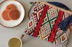 Sac / Pochette Kilim coloré en daim à bandoulière / Tendance / Ethnique / Boheme / Chic / Mode / Maroc  Kilim Bag - Maison Menara