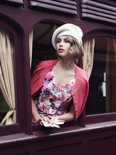 All Aboard! Look at that floral dress. Retro Fashion, Vintage Fashion, Vintage Inspired Dresses, Mode Vintage, Review Dresses, Occasion Wear, Fashion Dresses, Photoshoot, My Style