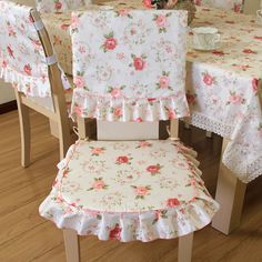 Kitchen chair in decorative decoration Furniture Slipcovers, Slipcovers For Chairs, Chair Covers, Table Covers, Sewing Crafts, Sewing Projects, Floral Chair, Wine Bottle Crafts, Diy Chair