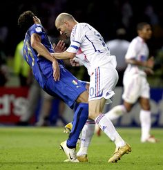 to – Watch Watch video of fifa world cup final 2006 of Zidane vs. Materazzi and just look at the zidane headbutt to materazzi on his chest side. It was the last game of Zidane soccer. Retro Football, World Football, Football Soccer, Football Players, Football Icon, Soccer Sports, Sports Images, Sports Pictures, Tottenham Hotspur