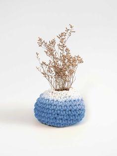 vaso calor uma boca azul feito em crochê com resíduos texteis à mão