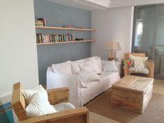 Muebles rústicos de madera de pino  y estante con soportes ciegos