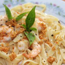 A southern twist on Fettucine Alfredo, this is so creamy and delicious. Packed with an array of seasonings, shrimp, fettucine pasta, and crawfish tails. Parmesan cheese tops it off and a dash of parsley adds some beautiful color! Fettucine Alfredo Recipe, Fettuccine Recipes, Pasta Alfredo, Cajun Recipes, Seafood Recipes, Gourmet Recipes, Pasta Recipes, Cooking Recipes, Al Dente