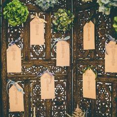 sur une porte en bois travaillé pour rapeller le Maroc