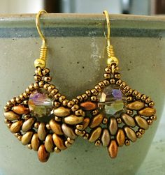 These pretty little earrings are super easy to make and work up very quickly. The pattern is from Extrano on Etsy and you can buy it HERE . Beaded Earrings Patterns, Diy Earrings, Beading Patterns, Beading Projects, Beading Tutorials, Bead Crafts, Jewelry Crafts, Handmade Jewelry, Super Duo Beads