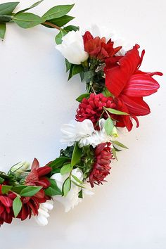 An easy floral crown. Want to make a floral crown for a party or baby shower or girls weekend? It's easier than you think. Diy Flower Crown, Diy Crown, Floral Crown, Life On A Budget, Room Makeovers, Girls Weekend, Furniture Makeover, Floral Wreath, Diy Projects