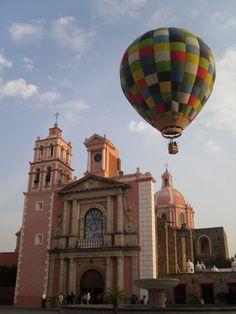 Declarado Pueblo Mágico en 2012. Tequisquiapan es uno de los destinos turísticos favoritos del estado de Querétaro. Es un pueblo colonial en donde se destaca la gastronomía de la región, a través de su ruta del vino y el queso, y además que permite realizar actividades extremas, como salto en paracaídas o vuelo en globo.