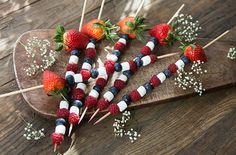 Søte fristelser til fest | Meny.no - kul idé til 17Mai:D Tre bær og små marshmallows på pinne:)