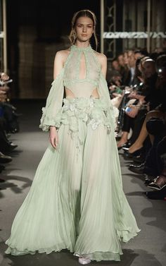 Valentino's show-stopping collection and all the fabulous looks from Paris Haute Couture so far Dany Atrache Haute Couture Spring Summer 2018 Haute Couture Style, Couture Looks, Haute Couture Dresses, Spring Couture, Couture Week, Ellie Saab, Runway Fashion, High Fashion, Fashion Show