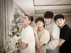 Park Seo Joon, V de BTS, Peakboy y Choi Woo Shik celebran juntos la Navidad Park Hyung Sik, Witch's Romance, Foto Bts, Bts Photo, Daegu, Bts Taehyung, K Pop, Parks, Bts Kim