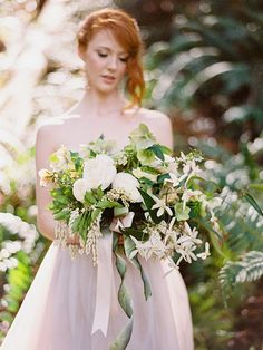 What is special about a woodland wedding is that you are trying to create a real forest atmosphere, a natural or a fairy tale one. That's why every detail including your wedding bouquet is to remind of it, so have a look at different leaves...