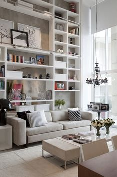 parede estante sofa cinza almofada Achados de Decoração