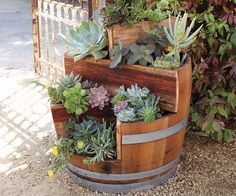Genius Ideas How To Use Old Barrel For Planting Flowers Genius Ideas How To Use Old Barrel For Planting FlowersUsing a whiskey barrel planter is an ingenious way of container gardening. What a spe Wine Barrel Garden, Wood Barrel Planters, Whiskey Barrel Planter, Barrel Cactus, Barrel Flowers, Barris, Barrel Projects, Art Projects, Tiered Planter