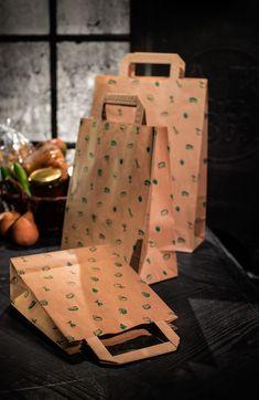 Wir bieten unsere Tragetaschen aus Kraftpapier in unterschiedlichen Varianten und Größen an. Papiertragetaschen mit innen  angeklebten Flachhenkel oder mit Kordelgriff, bedruckt oder unbedruckt. Praktisch, umweltfreundlich und angenehm in der Hand zu halten. Gift Wrapping, Gifts, Kraft Paper, Gift Wrapping Paper, Presents, Wrapping Gifts, Favors, Gift Packaging, Gift