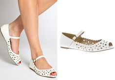 A lyukacsos, csipkés hatású fehér cipő az egyszerű, nem túldíszített menyasszonyi ruhához megy.