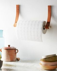 Gewusst wie: Machen Sie einen DIY Papierhandtuchhalter aus L.- How to Make a DIY Paper Towel Holder Made of Leather and Wood Cocina Diy, Papier Diy, Ideias Diy, Diy Holz, Leather Projects, Leather Crafts, Diy Kitchen, Kitchen Towels, Kitchen Decor