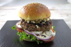 Rezept für einen griechischen Burger mit Zaziki, mit Fetakäse und grünen und schwarzen Oliven und selbstgemachten Burger Brötchen bzw. Bun.
