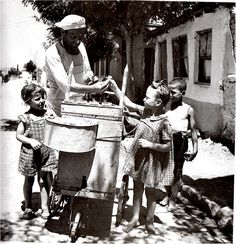 Buying ice cream, Salonika, 1946 Dimitris Harissiadis - from the Benaki Museum photoarchives. Greece Photography, History Of Photography, Old Photos, Vintage Photos, Old Greek, Greek History, Greek Culture, Athens Greece, Macedonia Greece