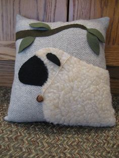 485 Best Primitive Sheep images in 2020 Applique Cushions, Sewing Pillows, Wool Applique, Diy Pillows, Throw Pillows, Primitive Sheep, Primitive Crafts, Sheep Crafts, Felt Crafts