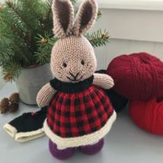 ❄️Welcoming a very chilly 2018 with a warm buffalo plaid dress ❤️🖤❤️. Palette yarn in serrano, hollyberry, black and cream Knitted Bunnies, Knitted Animals, Knitted Dolls, Bunny Rabbits, Knitting Projects, Crochet Projects, Knitting Ideas, Animal Knitting Patterns, Baby Patterns