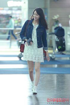 SNSD Yoona Airport Fashion Rain Fashion, Snsd Fashion, Girl Fashion, Autumn Fashion, Fashion Looks, Fashion Outfits, Fashion Design, Korean Airport Fashion, Korean Fashion