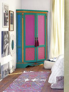 ¡Vaya metamorfosis ha experimentado este antiguo armario de serio aspecto!Con pintura, papel pintado y creatividad ha ganado un aire alegre y muy juvenil.