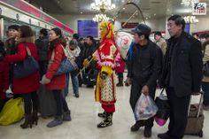 2014年1月25日 北京电影学院的学生扮成孙悟空到北京站体验春运