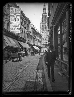 Breda - De binnenstad met tramrails en handkarren. Seizoenopruiming bij Vroom en Dreesmann! De Grote Toren op de achtergrond - ca. 1908-1910 - Stadsarchief Breda
