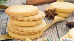 I biscotti al burro sono dei semplici dolcetti, facili e veloci da preparare. Si adattano a qualsiasi occasione e sono ottimi per accompagnare tè o latte caldo.