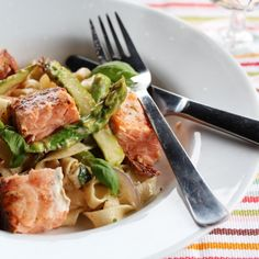 Kremet pasta med laks og asparges Cooking Recipes, Healthy Recipes, Ramen, Good Food, Food Porn, Food And Drink, Pasta, Fish, Chicken