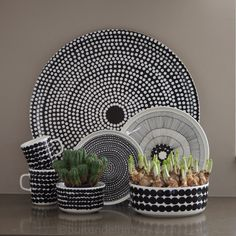 Marimekko Räsymatto bowls, plates and mugs Marimekko, Decorating On A Budget, Scandinavian Style, Interiores Design, Ceramic Pottery, Kitchenware, Tableware, Surface Design, Home Accessories