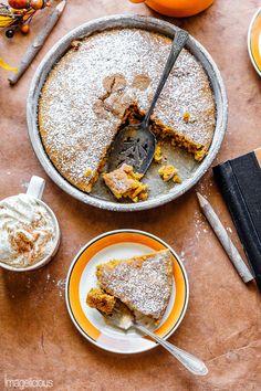 Veganer Kürbiskuchen ist der ultimative Herbstkomfort Dessert! Es ist feucht und gewürzt! Perfekt mit einer Tasse Kaffee oder Tee zum Frühstück oder Herbst Nachmittagsjause. Genießen Sie dieses gemütliche Dessert und Sie werden keine Butter oder Eier in diesem Rezept verpassen. Es ist so einfach, man braucht nur eine Schüssel und einen Löffel, um diesen Kuchen zu machen Bildlich