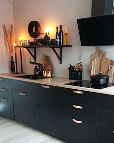 10 tips til hvordan du enkelt kan style kjøkkenet Black Kitchens, Home Kitchens, Interior Design Kitchen, Interior Decorating, Small Kitchen Plans, New Kitchen Inspiration, Cosy Kitchen, Kitchen Themes, Küchen Design