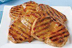 Vous en avez assez des éternelles côtelettes de porc désossées? Essayez donc notre recette: des côtelettes enrobées d'une marinade toute simple et grillées à point. Tout le monde en raffolera!