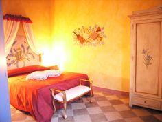 Camera Iris. Taverna di Bibbiano – Agriturismo Romantico tra Siena e San Gimignano con vista sulle torri medievali di San Gimignano   E–mail:info@tavernadibibbiano.it   Tel/Fax 0577 95 91 64