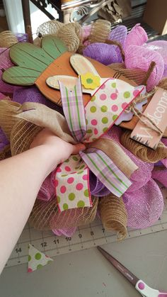 There are many, many, many different ways to add Ribbon to a wreath. Here is just one of those ways. I am not in any means the creator of this method nor do I think we really know who is. I alway… Ribbon Wreath Tutorial, Mesh Ribbon Wreaths, Diy Ribbon, Deco Mesh Wreaths, Burlap Wreaths, Floral Wreaths, Burlap Bows, Sunflower Wreaths, Bow Tutorial