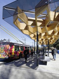 Blickfang Bushaltestelle: hölzerne Verschönerung eines verkehrstechnischen Hotspots in Vancouver.   Credit: PFS Studio