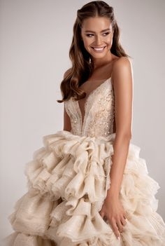 Couture dresses 2020 to suit every occasion. Evening and prom designers gown from long and short to sparkling and classic dresses. Lovely Dresses, Beautiful Gowns, Elegant Dresses, Bridesmaid Dresses Online, Prom Dresses, Wedding Dresses, Petite Evening Dresses, Flare Dress, Dress Up
