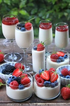 Easy recipe for homemade panna cotta. Panna cotta is a traditional Italian dessert that is made with cream, milk, sugar, vanilla and gelatin. Fruit Recipes, Gourmet Recipes, Sweet Recipes, Dessert Recipes, Cooking Recipes, Gourmet Foods, Easy Recipes, Mini Desserts, Delicious Desserts
