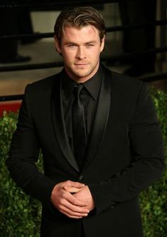 Chris Hemsworth ♥ all black tux Black Shirt Black Tie, All Black Tuxedo, All Black Suit, Black Suit Wedding, Wedding Suits, Wedding Tuxedos, Tuxedo For Men, White Tuxedo, Tuxedo Suit