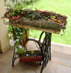 Repurpose Ideas For Vintage Sewing Machine Base Planter - Balcony Decoration Ide. - Repurpose Ideas For Vintage Sewing Machine Base Planter – Balcony Decoration Ideas in Every Uniqu - Sewing Machine Tables, Antique Sewing Machines, Garden Junk, Garden Art, Balcony Garden, Plant Design, Garden Design, Vintage Sewing Table, Making Fabric Flowers