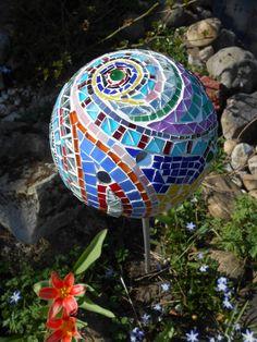 Gartenkugel mit Spirale aus Glasmosaik und Spiegelmosaik
