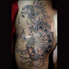 tattoo, neotradi, neotraditional, pierna, pluma, pavo real, woman, boobs, bobies, tatuaje, ink